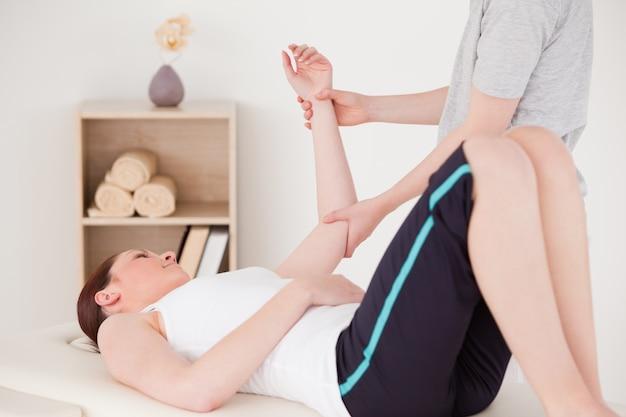 Mujer joven, tener, un, brazo, masaje