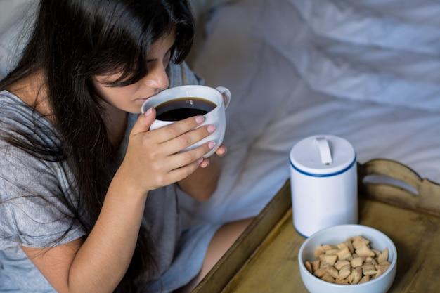 Mujer joven, teniendo, desayuno, en cama