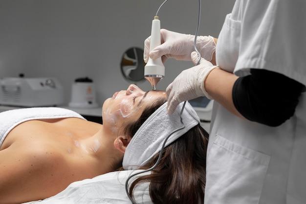 Mujer joven, teniendo, un, tratamiento facial