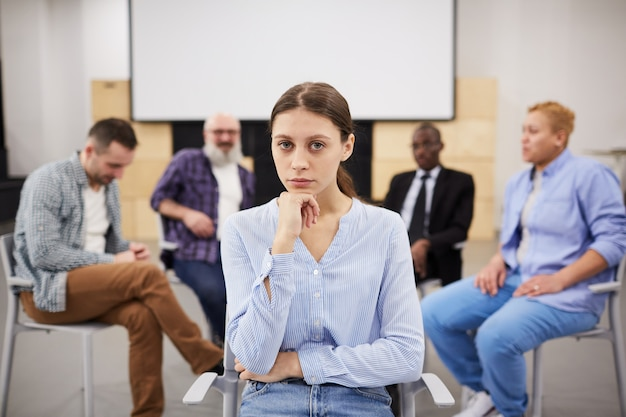 Mujer joven en terapia grupal