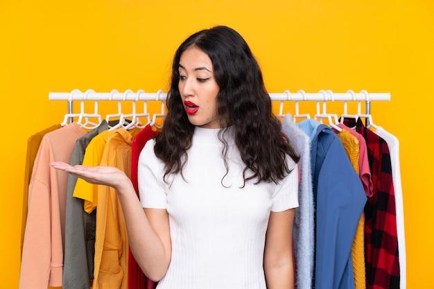 Mujer joven en una tienda de ropa