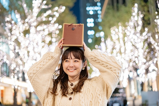 Mujer joven tiene una bolsa de papel