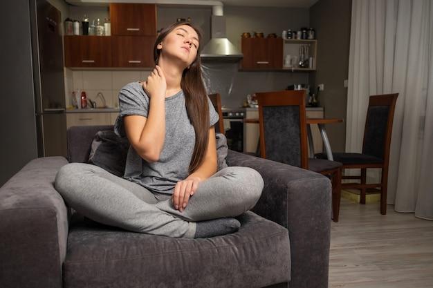 Mujer joven tiene dolor de cuello