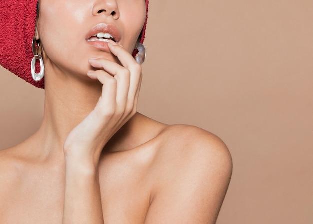 Mujer joven tocando sus labios