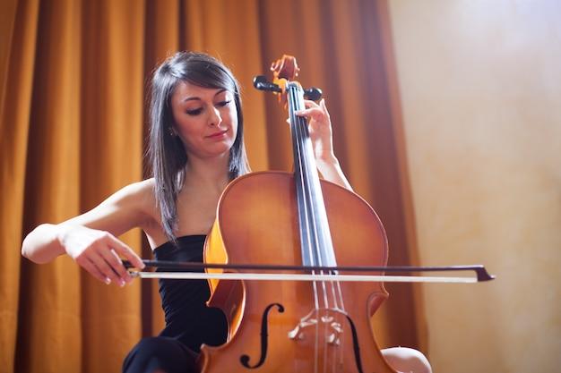 Mujer joven, tocar un violonchelo