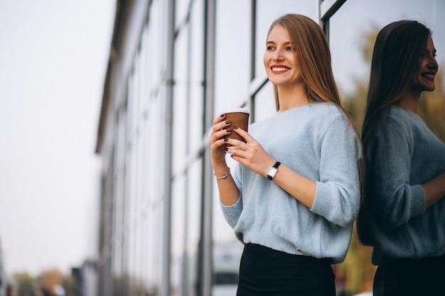 Mujer joven tomando café en la cafetería