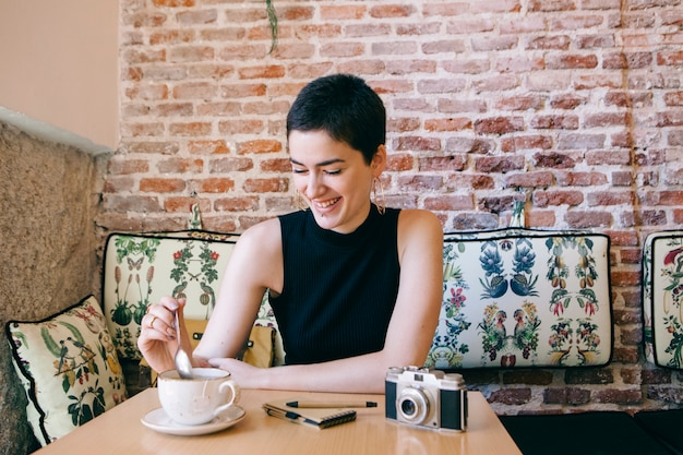 Mujer joven tomando un café