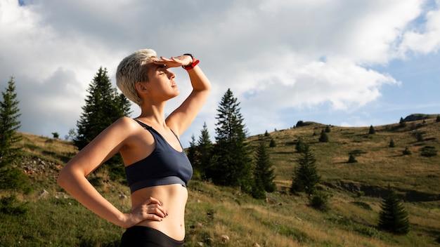 Mujer joven tomando un descanso de correr