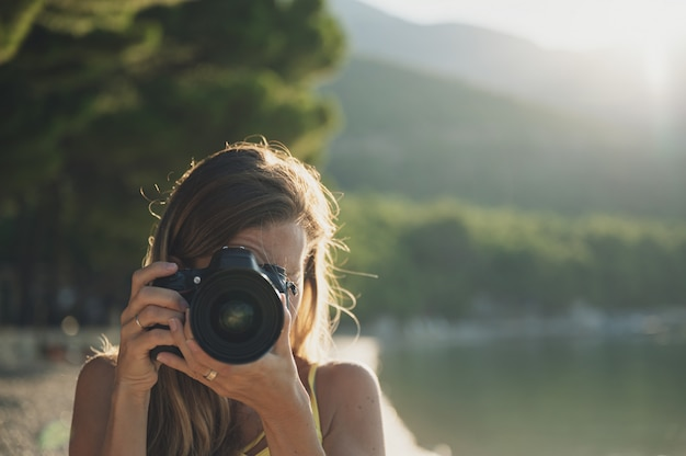 Mujer joven tomando una foto directamente a la cámara