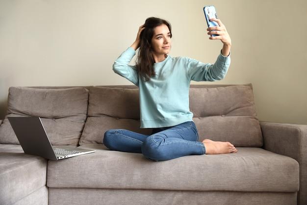 Mujer joven tomando un selfie para una aplicación de citas
