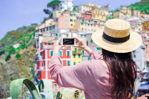 Mujer joven tomando selfie en un hermoso pueblo italiano antiguo, cinque terre, liguria