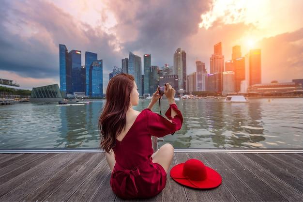 Mujer joven tomar fotos en singapur.