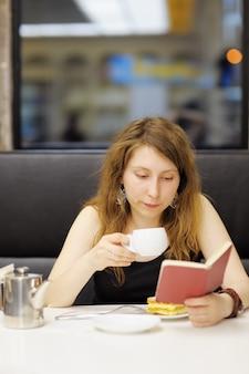 Mujer joven, trabajando, en, un, café