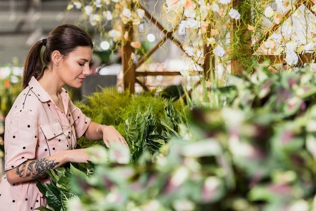 Mujer joven, trabajando, en, casa verde