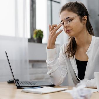 Mujer joven trabajando desde casa