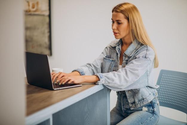 Mujer joven trabajando en equipo desde casa