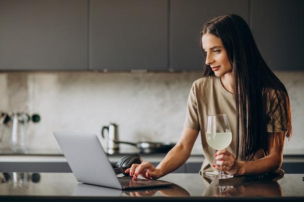 Mujer joven trabajando en un portátil desde casa