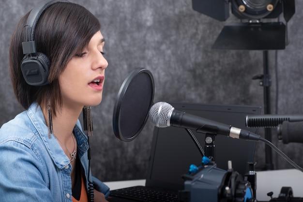 Mujer joven trabajando en la radio.