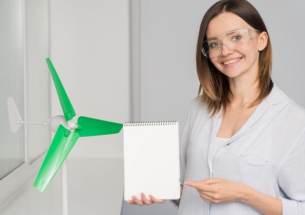 Mujer joven trabajando en una solución de ahorro de energía