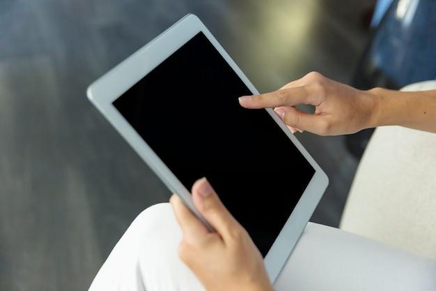 Mujer joven trabajando con tablet