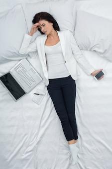 Mujer joven, trabajo, en casa, concepto