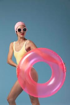 Mujer joven en traje de baño con un anillo de natación