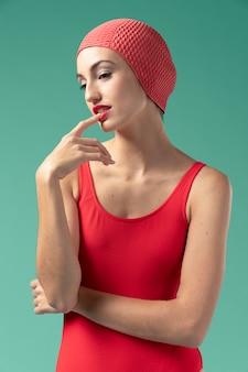 Mujer joven con traje de baño rojo