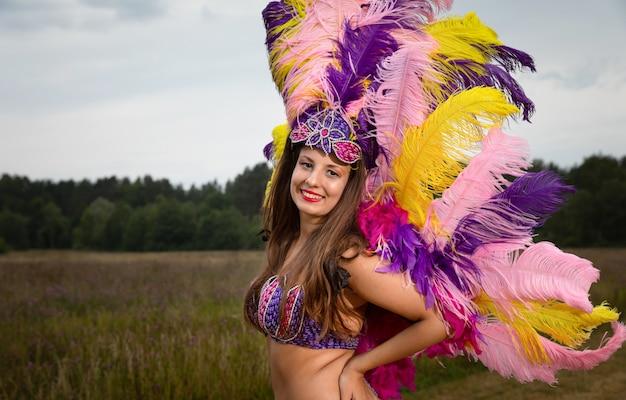 Mujer joven en traje de carnaval al aire libre