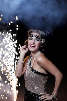 Mujer joven en traje disfrutando de la fiesta de carnaval y sonriendo