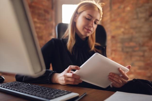 Mujer joven en traje de negocios trabajando en office