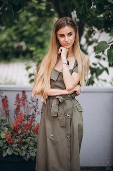 Mujer joven en traje de verano fuera de cafe