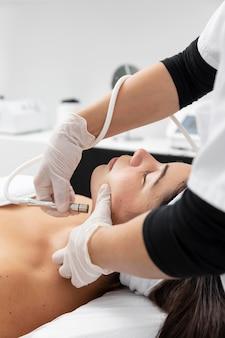 Mujer joven con un tratamiento de cuidado de la piel