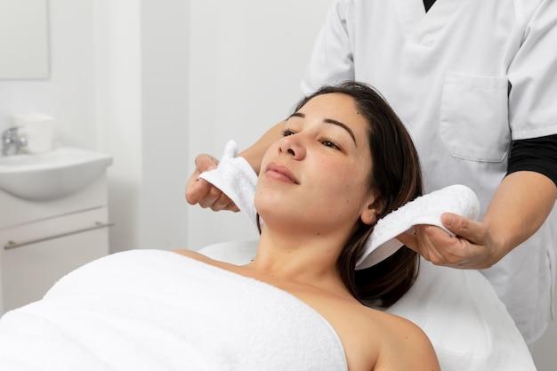 Mujer joven con un tratamiento en un salón de belleza