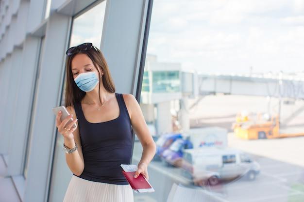 Mujer joven turista con equipaje en el aeropuerto internacional