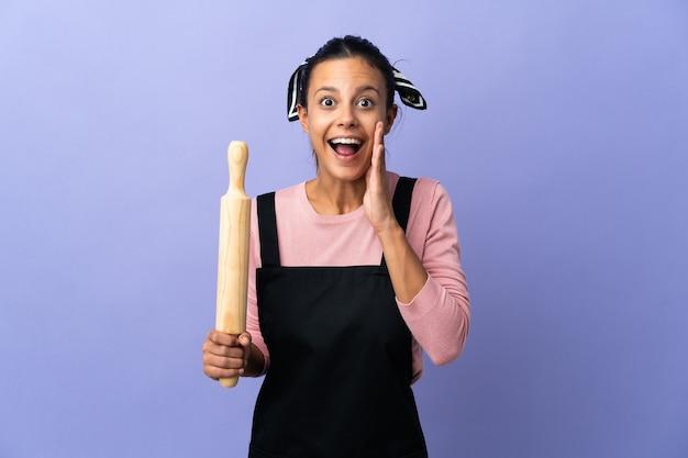 Mujer joven en uniforme de chef con sorpresa y expresión facial conmocionada
