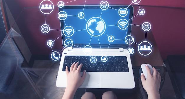 Mujer joven usando laptop. negocio. internet. tecnología