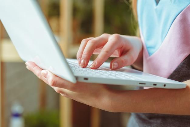 Mujer joven, usar la computadora portátil