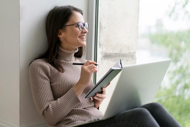Mujer joven, utilizar, un, computador portatil