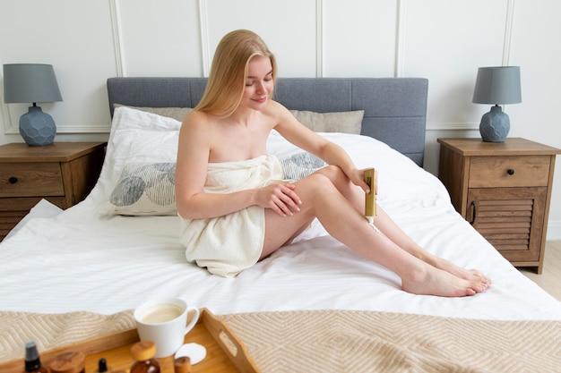 Mujer joven, utilizar, un, piernas, crema