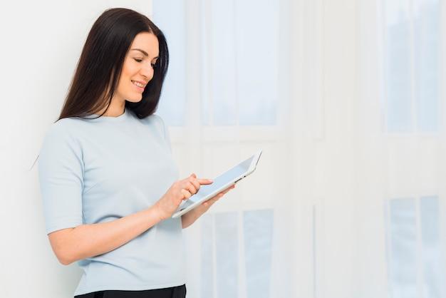 Mujer joven, utilizar, tableta