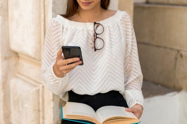 Mujer joven, utilizar, teléfono, en, calle