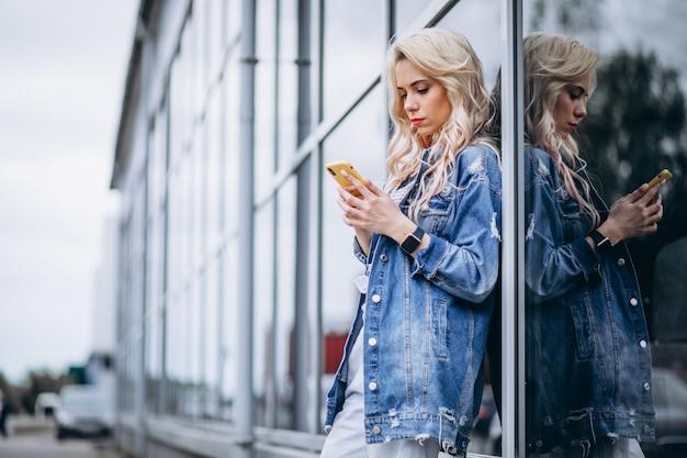 Mujer joven, utilizar, teléfono, exterior