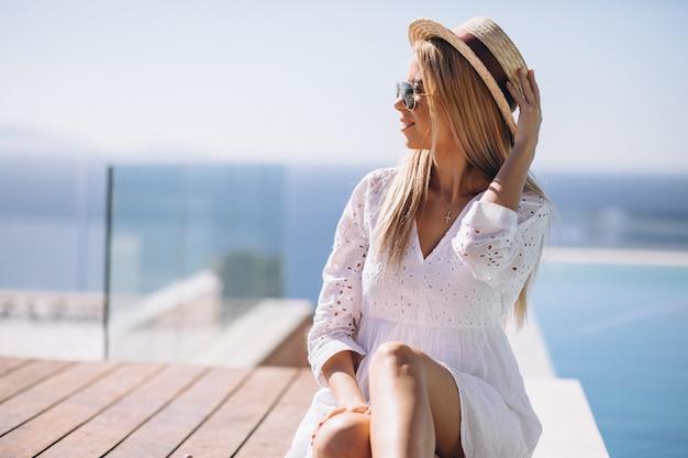 Mujer joven en unas vacaciones en la piscina