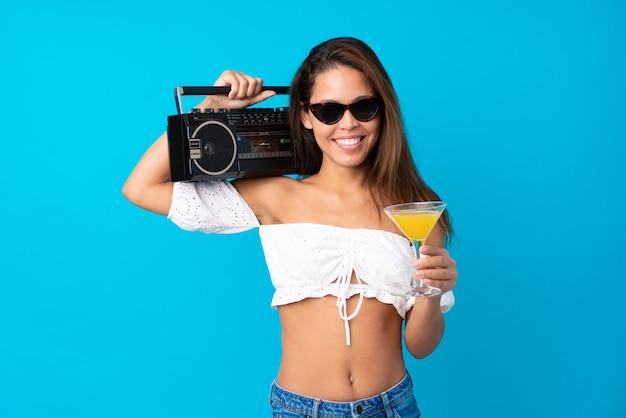 Mujer joven en vacaciones de verano sosteniendo una radio