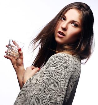 Mujer joven con vaso en mano