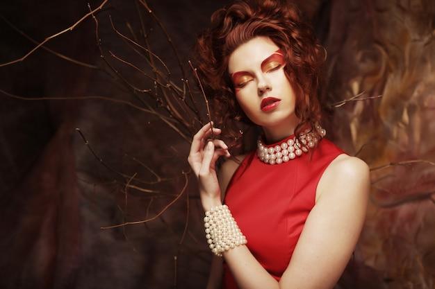 Mujer joven, en, vestido rojo