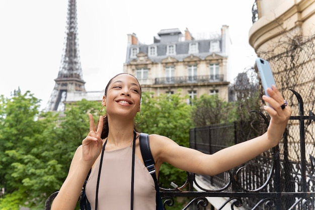 Mujer joven viajando y divirtiéndose en parís