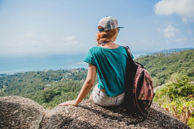 Mujer joven viajando en las montañas, turista en vacaciones de verano en tailandia