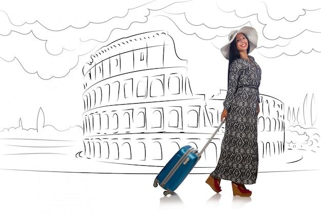 Mujer joven viajando a roma en italia