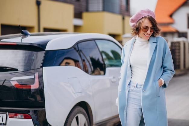 Mujer joven, viaje, en, coche eléctrico